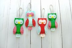 We have NEVER seen anything cuter than these DIY felt owls. They're the perfect holiday project for gift giving, stocking stuffing or hanging on your tree. We're about to make a whole flock! Sewing Crafts, Sewing Projects, Sewing Tips, Christmas Sewing Patterns, Cute Envelopes, Owl Quilts, Owl Templates, Felt Owls, Owl Ornament