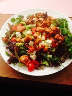Zelfgemaakte maaltijdsalade met kip, cherrytomaatjes, avocado, feta en honingsaus #lekker
