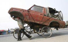 """Transport: Das nächste Beispiel aus der Kategorie """"Was Personen befördern kann, kann für Gegenstände nicht schlecht sein"""": Ein Rikscha-Fahrer transportiert ..."""