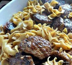 Frikadeller Meat Patties with a add beef stock Worcestershire garlic and breadcrumbs to meatballs and chicken boullion to sauce for delicious Cream Sauce. Enjoy every bite! Beef Dishes, Pasta Dishes, Food Dishes, Main Dishes, Ground Beef Recipes, Pork Recipes, Cooking Recipes, Menu, International Recipes