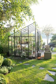 A greenhouse in iron Ellen Hodt of Corniche Interior Design. She often suggests a greenhouse or the Orangerie for their customers and many come back a… - Alles über den Garten Outdoor Greenhouse, Backyard Greenhouse, Outdoor Gardens, Greenhouse Ideas, Greenhouse Wedding, Cheap Greenhouse, Small Greenhouse Kits, Rooftop Gardens, Small Gardens