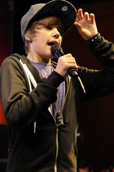 justin bieber- 2009 :') LOOK HOW YOUNG HE WAS!!!!!!!!