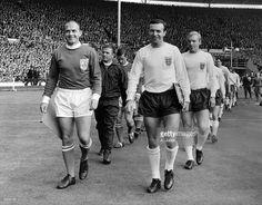 DI STÉFANO. Como capitán del combinado europeo, ante la selección inglesa en su partido homenaje.-    C.-