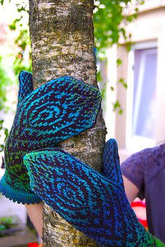 Ravelry: Peacock Feather Mittens pattern by Natalia Moreva