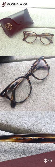 85af52e09 Óculos de sol são acessórios indispensáveis em uma mala de quem vai para a  praia.