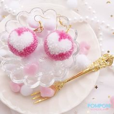 DIY Tutorial - How to Make Heart Pompom Earrings - Pompom Tutorial Cute Crafts, Diy And Crafts, Arts And Crafts, Free Crochet Doily Patterns, Crochet Doilies, Pom Pom Animals, Pom Pom Crafts, Paper Toys, Pom Poms