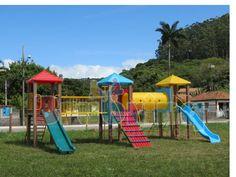 Parque 3 Torres (ME-03) - Parque infantil colorido com estrutura principal de colunas em madeira plástica, contendo:  - 03 Plataformas medindo 1,06 x 1,06m, com cobertura em plástico rotomoldado;  01 Rampa de tacos;  01 Descida de bombeiro;  01 Rampa de cordas;  01 Escada curvada;  01 Tubo de ligação em plástico rotomoldado;  01 Escada 7 degraus;  01 Passarela reta;  01 Escorregador Ondulado simples 2,50m em fibra de vidro;  01 Escorregador simples 2,50m em plástico rotomoldado;  01 Cerca