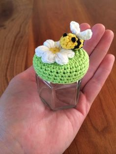 Free crochet pattern for tiny jar lid cover ༺✿ƬⱤღ… Crochet Kitchen, Crochet Home, Love Crochet, Crochet Gifts, Crochet Flowers, Crochet Jar Covers, Crochet Amigurumi, Jar Lids, Crochet Accessories