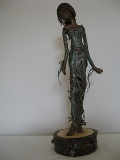 Lady in Green. Sculpture of woman. Autumn por Stephaniessculptures
