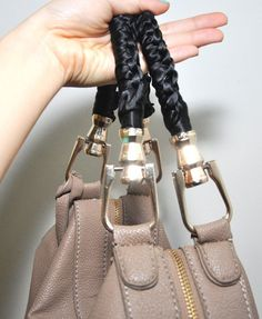 How to save torn bag handles michele ng fashion beauty diy purse handles - Diy Bag and Purse Diy Purse Handles, Leather Purses, Pu Leather, Leather Repair, Diy Christmas Paper Decorations, Diy Purse Organizer, Leather Bag Pattern, Diy Bags Purses, Purse Strap