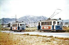 Cartagena de junio de 1957. En la línea al Barrio de Peral había un apartadero de cruce a la altura de donde está actualmente el Club de Cabos. Los tranvías nº 5 y nº 8 van a cruzarse. El 8 lleva un ciclista enganchado.