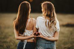 Best Friends Shoot, Best Friend Poses, Photoshoot With Friends, Cute Friend Pictures, Friend Photos, Shooting Photo Amis, Friendship Photoshoot, Friend Poses Photography, Levitation Photography