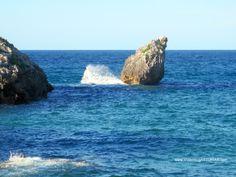 Playa de Buelna en Llanes: Peña inclinada