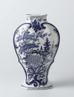 De Klaauw | Two beaker vases and a vase, part of a garniture, De Klaauw, Lambertus Sanderus, c. 1760 - c. 1800 | pot van faience. Blauw beschilderd met bloemendecoraties. deksel ontbreekt