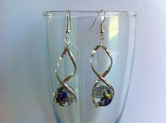 boucles d'oreille acier chirurgical , spirale avec perles en verre fleur bleue et doré : Boucles d'oreille par nessymatriochka