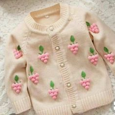 Image baby cardigan long hosted in Life Trends 1 Baby Cardigan, Knit Baby Dress, Baby Pullover, Baby Knitting Patterns, Baby Patterns, Baby Outfits, Kids Outfits, Pullover Design, Sweater Design