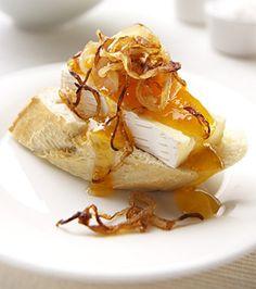 montadito de brie con albaricoques y cebollas caramelizadas