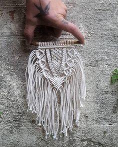MINNIE - macramé petite tenture dans tous les matériaux biologiques et durables. Fabriqué à partir de bois flotté et luxe écru coton ♡ ------------------------------------------------------- ☆ FAIT SUR COMMANDE ! ☆ Cette pièce est faite à la commande. Lorsque vous passez la commande, votre conception sera automatiquement réservée dans notre calendrier et les matériaux seront commandées. Votre pièce sera peu de temps après être soigneusement fabriqués à la main et vous recevrez un email de... Email, Knots, Weave, Fiber, Chinese, Diy Projects, Knitting, Crochet, Mini