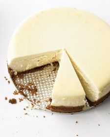 A crumbly graham cracker crust and silky cream cheese filling make this New York-style cheesecake a winner.A crumbly graham cracker crust and silky cream cheese filling make this New York-style cheesecake a winner. Bolo Ferrero Rocher, Food Cakes, Cupcake Cakes, Just Desserts, Dessert Recipes, Cupcake Recipes, Dessert Healthy, Lemon Desserts, Fun Recipes