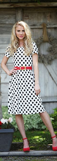 If you love the stylish polka dot look, then the Oakley is the perfect dress for you! The Oakley is white with black polka dots, featuring short sleeves and a round neck. This classy dress looks great