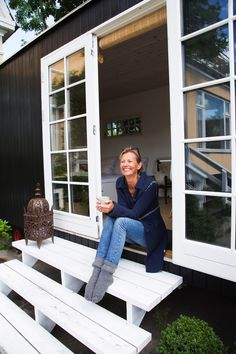 Cottage Homes, Cottage Style, Farmhouse Style, Tiny House Cabin, Tiny House Living, Shed Office, Tiny Spaces, Wooden House, Black House