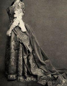 moda-online: Suknia przez House of Worth 1890 z Belle Epoque Europie. Historical Costume, Historical Clothing, Historical Dress, Vintage Gowns, Vintage Outfits, Victorian Fashion, Vintage Fashion, Victorian Ladies, Parisian Fashion