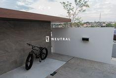 道路側から目隠しした自転車置き場 Archi Design, Front Gates, Nagoya, Future House, Landscape Design, Tile Floor, Entrance, Neutral, Garage Doors