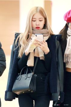Blackpink Fashion, Korean Fashion, Rose And Rosie, Rose Park, Rose Wallpaper, Blackpink Photos, Airport Style, Airport Fashion, Looks Style