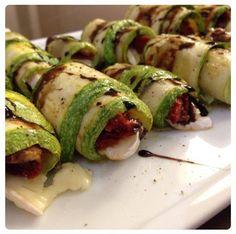 """- Hidratar tomates secos en agua hirviendo 15´  - Colar y condimentar  - Cortar zucchinis en láminas a lo largo  - Grillar en una plancha con oliva y salarlos un poquito de ambos lados  - Enrollar cada """"feta"""" de zucchini con un pedazo de queso brie y un tomatito seco - Acomodar en plato y terminar con oliva, sal, pimienta y una rociada de aceto o reducción de aceto *Vale con berenjenas, otro tipo de queso, tomates cherry y hoja de albahaca adentro de cada rollito"""