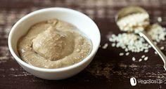 Ricetta tahin. Il tahin è una crema a base di semi di sesamo tipica della cucina mediorientale. Usato come base per l'hummus, è nutriente e ricco di vitamina B e calcio.