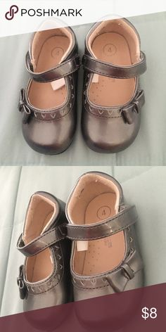 Shoes size 4 The cutest shoes for your little girl in color grey size 4 use only twice Osh Kosh Shoes Dress Shoes