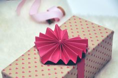 DIY: accordion heart gift toppers. Cute!