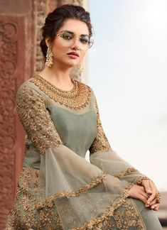 Olivgrüner Overall mit verziertem Lehenga / Hosenanzug - Designer Dresses Short Bridal Anarkali Suits, Pakistani Bridal Dresses, Pakistani Dress Design, Pakistani Outfits, Pakistani Pant Suits, Pakistani Lehenga, Anarkali Gown, Wedding Sarees, Shadi Dresses