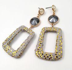 Κρεμαστά σκουλαρίκια με ροζ χρυσά στοιχεία, ύφασμα, πέρλα και πέτρα Swarovski. Handmade Jewellery, Op Art, Swarovski, Personalized Items, Jewelry, Handmade Jewelry, Jewlery, Jewerly, Schmuck