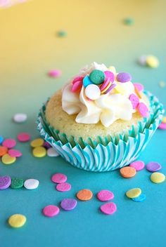 Banana Cupcakes topped with Cream Cheese Icing Confetti Cupcakes, Pastel Cupcakes, Fun Cupcakes, Cupcake Cakes, Spring Cupcakes, Banana Cupcakes, Happy Birthday 1, Happy Birthday Images, Happy Birthday Greetings
