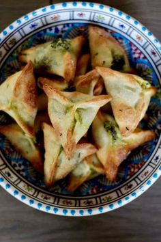 Fatayer (or fitiir) is a traditional Lebanese mezze that consists in a spinach stuffed turnover, also popular in Turkey and Middle Eastern countries. Lebanese Cuisine, Lebanese Recipes, Greek Recipes, Lebanese Spinach Pies Recipe, Lebanese Desserts, Samosas, Okra, Greek Diet, Mezze