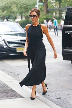 Victoria Beckham seen outside her hotel wearing a long black dress in New York City Style Victoria Beckham, Victoria Beckham Outfits, Classy Outfits, Chic Outfits, Fashion Outfits, Womens Fashion, Photoshoot Fashion, Outfit 2016, Vic Beckham