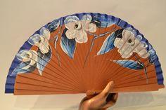 Abanico de madera pulido con Flores Blancas. Pintado a mano. Precio: 12,30€. http://www.artesania-alla.es