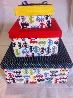 Trio de caixas para menino em mdf, forrada com tecido tricoline e aplique de carro em mdf e fita gorgurão! Esse trio é perfeito para decoração de quarto de menino, super alegre e com tendencias ! A caixa maior mede 24cmx24cmx11cm, a do meio mede 17cmx17cmx10 e a menor 12cmx12cmx7cm Mish Mash, Craft Bags, Diy Box, Shoe Box, Storage Boxes, Sewing Tutorials, Baby Accessories, Cool Kids, Baby Room