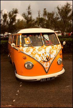 great orange surf VW bus with a hibiscus pareau print. Le van de mes rêves avec ma fleur préférée ♡♡♡♡♡♡♡♡