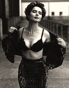 Vogue Photo by Steven Meisel. Pinned from: pin.it/… Isabella Rossellini. Vogue Photo by Steven Meisel. Pinned from: pin. Steven Meisel, Isabella Rossellini, Kreative Portraits, Italian Actress, Looks Black, Timeless Beauty, Iconic Beauty, Classic Beauty, Vintage Beauty