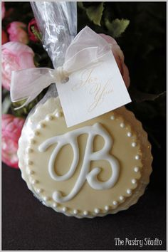 I have an AWESOME cookie lady - I like the looks of these favors!