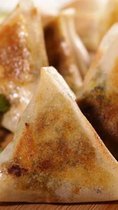 Vegan samosas perfect for spicing an aperitif or for spicing up a salad! Vegan samosas perfect for spicing an aperitif or for spicing up a salad! Indian Food Recipes, Vegetarian Recipes, Cooking Recipes, Healthy Recipes, Savoury Recipes, Lava Cake Recipes, Banana Bread Recipes, Appetizer Recipes, Dessert Recipes