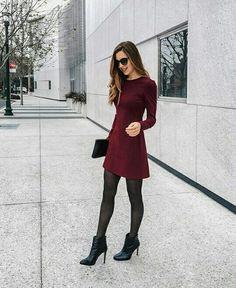 Vestido Vino con medias negras y botines