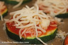 Zucchini Pizza wheels - low carb with careful tomato sauce choice Veggie Recipes, Low Carb Recipes, Cooking Recipes, Healthy Recipes, Healthy Cooking, Healthy Snacks, Healthy Eating, Low Carb Lunch, Low Carb Diet