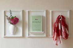 Una muy buena y original idea es decorar las paredes con objetos comunes enmarcados. Se trata de poner en un cuadro cualquier objeto que se os ocurra: floreros, libros, pañuelos, percheros… Además la idea la puedes comprar ya hecha o incluso probar a crearla por ti misma. El resultado cuanto menos es sorprendente.