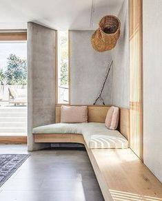 Bank met zwevend effect. Prachtig voor in de hoek van een kamer. #interieur #bank #kamerhoek #zitplek #hout #woonkamer Interior Minimalista, Built In Bench, Curved Bench, Curved Wood, Curved Walls, Textured Walls, Interiores Design, Home Design, Design Ideas