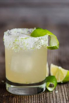 most perfect classic Margarita recipe is quick and easy to make. This lip smacking tequila cocktail served over ice is the best drink! Classic Margarita Recipe, Margarita Recipes, Cocktail Recipes, Margarita Mix, Margarita Cocktail, Classic Recipe, Refreshing Cocktails, Fun Drinks, Alcoholic Drinks