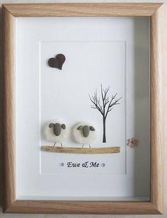 C'est un beau petit galet Art encadré photo de 2 moutons - brebis & moi fait à la main par mes soins en utilisant des cailloux, mouton d'artisanat à l'aiguille, bois flotté et coeur en bois Taille de l'image y compris cadre : environ 22 cm x 17 cm « Cette photo est terminé et disponible