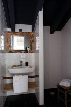 Une salle de bains bien compartimentée pour palier un manque d'espace. Retrouvez notre sélection de receveurs à carreler à petits prix : https://www.batinea.com/receveur-douche-carreler.html?affiliation=pinterest